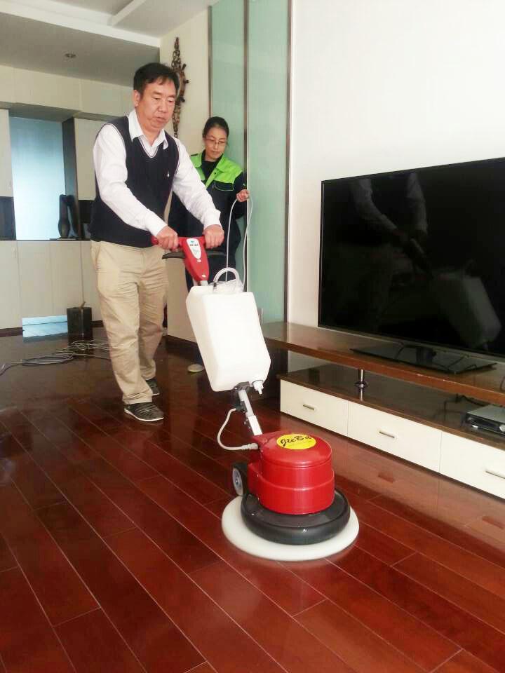 保洁公司挑选中性的地板清洗剂来清洗家中的木地板才